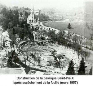 Lourdes 1957 construction de la Basilique St Pie X